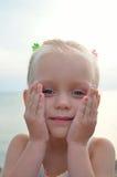 Pequeña muchacha bonita con los clavos coloridos Fotos de archivo libres de regalías