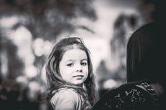 Pequeña muchacha bonita que camina en la calle de la ciudad con la madre Fotografía de archivo