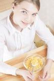 Pequeña muchacha caucásica del adolescente que desayuna el cereal Imágenes de archivo libres de regalías