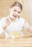 Pequeña muchacha caucásica del adolescente que desayuna el cereal con Thum Fotos de archivo libres de regalías