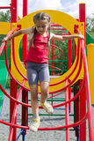 Pequeña muchacha caucásica que juega en el patio, viniendo abajo las escaleras Fotografía de archivo libre de regalías