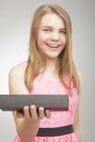 Pequeña muchacha caucásica que sostiene la pequeña caja de regalo Foto de archivo