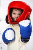 Pequeña muchacha dark-haired en un casco protector y Fotos de archivo