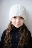 Pequeña muchacha de la belleza con los ojos azules en el sombrero blanco Imagenes de archivo