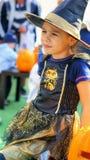 Pequeña muchacha de la bruja en Halloween Imágenes de archivo libres de regalías