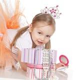 Pequeña muchacha de la princesa con un espejo imágenes de archivo libres de regalías