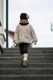 Pequeña muchacha de moda en ropa caliente Imagen de archivo