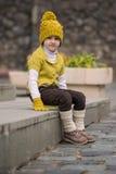 Pequeña muchacha de moda en ropa caliente Fotografía de archivo