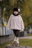 Pequeña muchacha de moda en ropa caliente Imagen de archivo libre de regalías