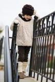 Pequeña muchacha de moda en ropa caliente Fotos de archivo