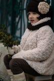 Pequeña muchacha de moda en ropa caliente Imagenes de archivo