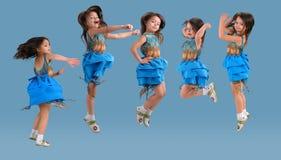 Pequeña muchacha de salto linda fotos de archivo libres de regalías