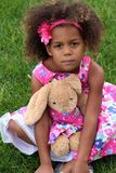 Pequeña muchacha del african-american con el animal relleno Fotografía de archivo libre de regalías