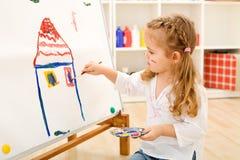 Pequeña muchacha del artista con su obra maestra Imágenes de archivo libres de regalías