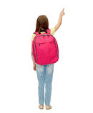 Pequeña muchacha del estudiante con el bolso de escuela de la parte posterior Imagenes de archivo