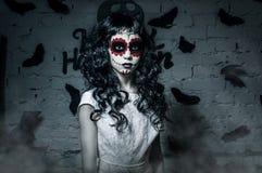 Pequeña muchacha del muerte de santa con el pelo rizado negro Imagen de archivo