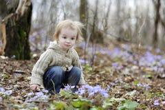 Pequeña muchacha del niño en resorte Imagen de archivo