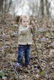 Pequeña muchacha del niño que juega con un palillo Fotos de archivo