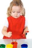 Pequeña muchacha del pintor absorbente por el trabajo Imagenes de archivo