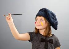 Pequeña muchacha del pintor aislada en gris Fotos de archivo libres de regalías
