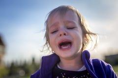 Pequeña muchacha desaliñada que llora al aire libre Imágenes de archivo libres de regalías