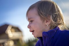 Pequeña muchacha desaliñada que llora al aire libre Fotografía de archivo libre de regalías