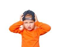 Pequeña muchacha divertida en gorra de béisbol y blusa anaranjada Imagen de archivo