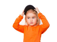 Pequeña muchacha divertida en gorra de béisbol y blusa anaranjada Imagenes de archivo