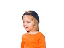 Pequeña muchacha divertida en gorra de béisbol y blusa anaranjada Fotos de archivo
