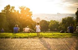 Pequeña muchacha divertida que juega en la hierba verde, Praga, agosto de 2015 Foto de archivo libre de regalías