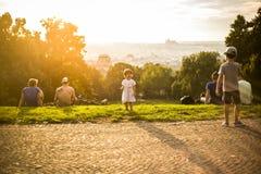 Pequeña muchacha divertida que juega en la hierba verde, Praga, agosto de 2015 Fotos de archivo