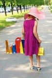 Pequeña muchacha elegante que camina abajo de la calle Fotografía de archivo libre de regalías