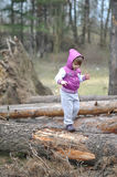 Pequeña muchacha en el bosque de la primavera imagenes de archivo