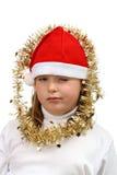 Pequeña muchacha en el sombrero rojo de Santa con los encadenamientos de oro fotografía de archivo