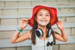 Pequeña muchacha en la sonrisa roja del sombrero Fotos de archivo libres de regalías