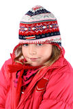 Pequeña muchacha en ropa del invierno y casquillo hecho punto de los oídos Imagenes de archivo