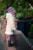 Pequeña muchacha en un jardín Fotos de archivo libres de regalías