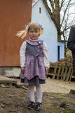 Pequeña muchacha en un pueblo imagen de archivo