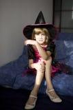 Pequeña muchacha enojada linda en alineada de lujo del carnaval Fotografía de archivo