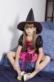 Pequeña muchacha enojada linda en alineada de lujo del carnaval encendido Fotografía de archivo