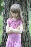 Pequeña muchacha enojada linda siete años Imagen de archivo