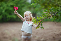 Pequeña muchacha feliz con el tulipán Foto de archivo