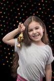 Pequeña muchacha feliz con Ramadan Lantern