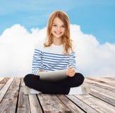 Pequeña muchacha feliz del estudiante con PC de la tableta Imágenes de archivo libres de regalías