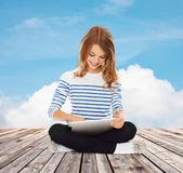 Pequeña muchacha feliz del estudiante con PC de la tableta Foto de archivo libre de regalías