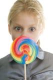 Pequeña muchacha hermosa joven con el caramelo dulce Fotografía de archivo libre de regalías