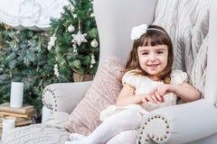 Pequeña muchacha hermosa sonriente que mira a la cámara, Fotos de archivo libres de regalías