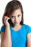 Pequeña muchacha hispánica hermosa que habla en el teléfono Imagenes de archivo