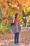 Pequeña muchacha hispánica que vuelve a la escuela Foto de archivo libre de regalías