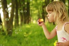Pequeña muchacha linda con las burbujas de jabón Foto de archivo libre de regalías